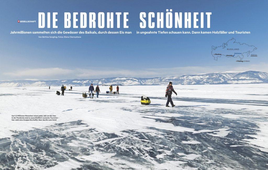 Туристы переходят озеро Байкал по льду, направляясь на остров Ольхон